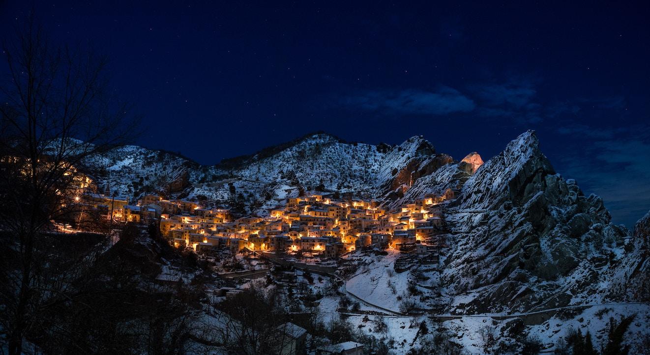 petit village italien sous la neige